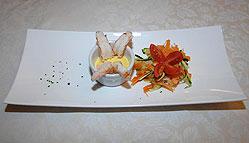 Code di gamberi sgusciati al vapore con salsa zafferano e giardinetto di verdure